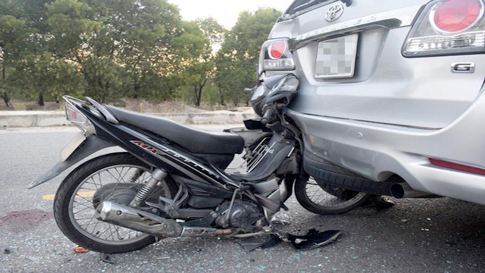 Bắc Giang: Va vào ô tô dừng đỗ ở lề đường, nam thanh niên 17 tuổi tử vong